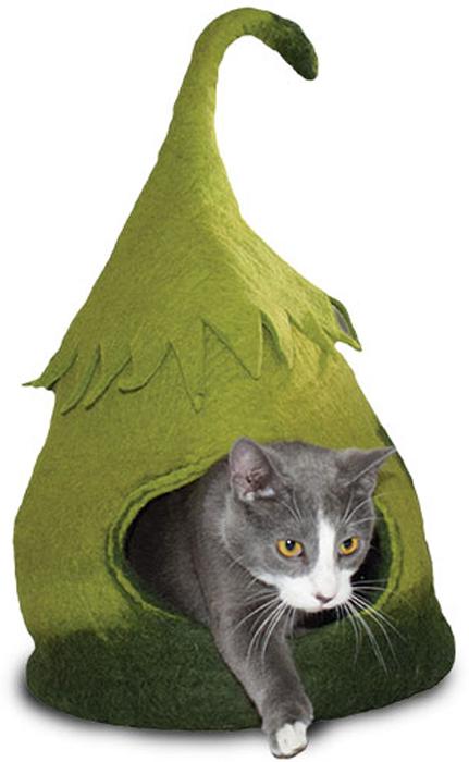 Домик для животных Dharma Dog Karma Cat Домик феи12100Домик бренда Dharma Dog Karma Cat идеально подойдет к любому интерьеру! Благодаря своей форме, они обеспечивают безопасное и теплое убежище, и помогают питомцу чувствовать себя в безопасности.Гималайская шерсть, используемая при изготовлении домиков, не очищается химически, поэтому в ней содержится много ланолина. Ланолин - это натуральное масло, уникальное для шерсти овец, ведь его запах напоминает кошкам запах их матери. Масло ланолина полезно для подушечек лап и помогает сохранить шерсть здоровой и блестящей! Техника изготовления продукции бренда Dharma Dog Karma Cat называется Мокрый войлок - она включает в себя натуральное мыло, воду, шерсть и только натуральные нетоксичные красители. Все изделия изготавливаются вручную в Непале. Каждая покупка поддерживает труд ремесленников и их семьи, помогая сохранить традиции древнего ремесла. Инструкция по уходу прилагается к каждому изделию.