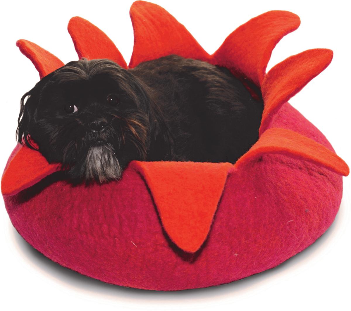 Корзина для животных Dharma Dog Karma Cat Лепестки, цвет: розовый, оранжевый, диаметр 14 дюймов203021Домик бренда Dharma Dog Karma Cat идеально подойдет к любому интерьеру!Благодаря своей форме, они обеспечивают безопасное и теплое убежище, и помогают питомцу чувствовать себя в безопасности. Гималайская шерсть, используемая при изготовлении домиков, не очищается химически, поэтому в ней содержится много ланолина. Ланолин - это натуральное масло, уникальное для шерсти овец, ведь его запах напоминает кошкам запах их матери. Масло ланолина полезно для подушечек лап и помогает сохранить шерсть здоровой и блестящей! Техника изготовления продукции бренда Dharma Dog Karma Cat называется «Мокрый войлок» - она включает в себя натуральное мыло, воду, шерсть и только натуральные нетоксичные красители. Все изделия изготавливаются вручную в Непале. Каждая покупка поддерживает труд ремесленников и их семьи, помогая сохранить традиции древнего ремесла. Инструкция по уходу прилагается к каждому изделию.