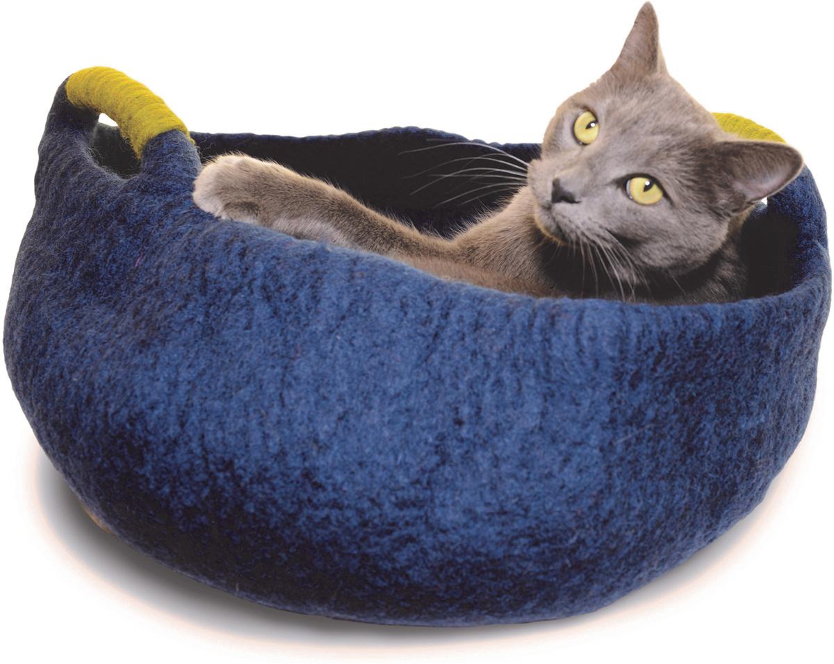 Корзина для животных Dharma Dog Karma Cat, цвет: морской, диаметр 20 дюймов20505Домик бренда Dharma Dog Karma Cat идеально подойдет к любому интерьеру! Благодаря своей форме, они обеспечивают безопасное и теплое убежище, и помогают питомцу чувствовать себя в безопасности.Гималайская шерсть, используемая при изготовлении домиков, не очищается химически, поэтому в ней содержится много ланолина. Ланолин - это натуральное масло, уникальное для шерсти овец, ведь его запах напоминает кошкам запах их матери. Масло ланолина полезно для подушечек лап и помогает сохранить шерсть здоровой и блестящей! Техника изготовления продукции бренда Dharma Dog Karma Cat называется «Мокрый войлок» - она включает в себя натуральное мыло, воду, шерсть и только натуральные нетоксичные красители. Все изделия изготавливаются вручную в Непале. Каждая покупка поддерживает труд ремесленников и их семьи, помогая сохранить традиции древнего ремесла. Инструкция по уходу прилагается к каждому изделию.