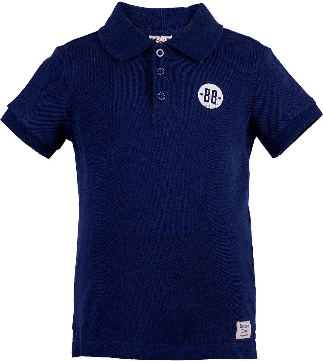 Поло для мальчика Button Blue, цвет: темно-синий. 118BBBC14011000. Размер 116118BBBC14011000Детское поло от Button Blue - отличная альтернатива футболке; недорогая и удобная одежда, которая помогает удачно расширить гардероб, позволяя не ходить каждый день в одном и том же. Модель с короткими рукавами и отложным воротником на груди застегивается на пуговицы. Купить поло для мальчика от Button Blue, значит обеспечить его стильной и модной моделью, которая добавит в его образ аристократичности. Поло прекрасно сочетается как с повседневной, так и со спортивной одеждой, а шрифтовая надпись на спине добавляет ему оригинальности.