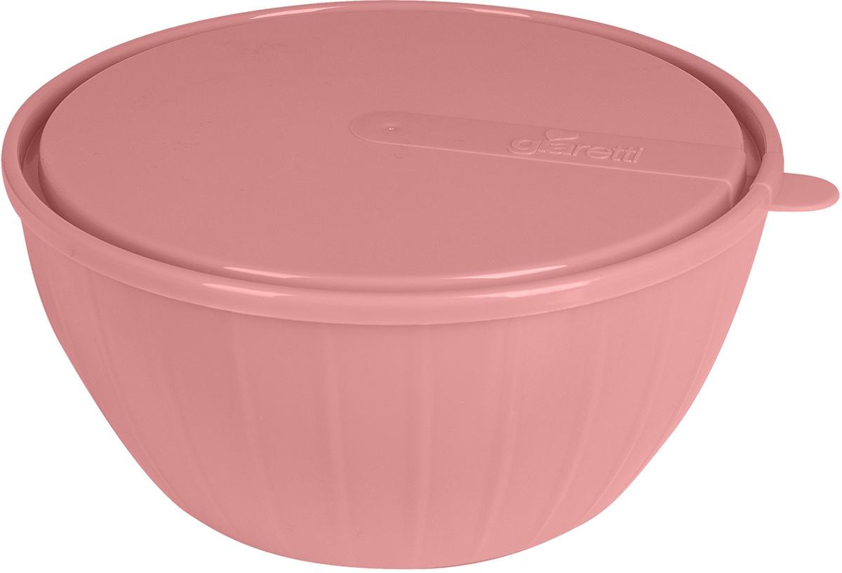 """Салатник с крышкой Giaretti """"Fiesta"""", выполненный из пищевого пластика, прекрасно подойдет как для приготовления еды, так и для подачи блюд на стол. Этот материал поможет ему служить дольше, а оригинальный дизайн в цвете клубничного льда создаст уютную атмосферу на кухне."""