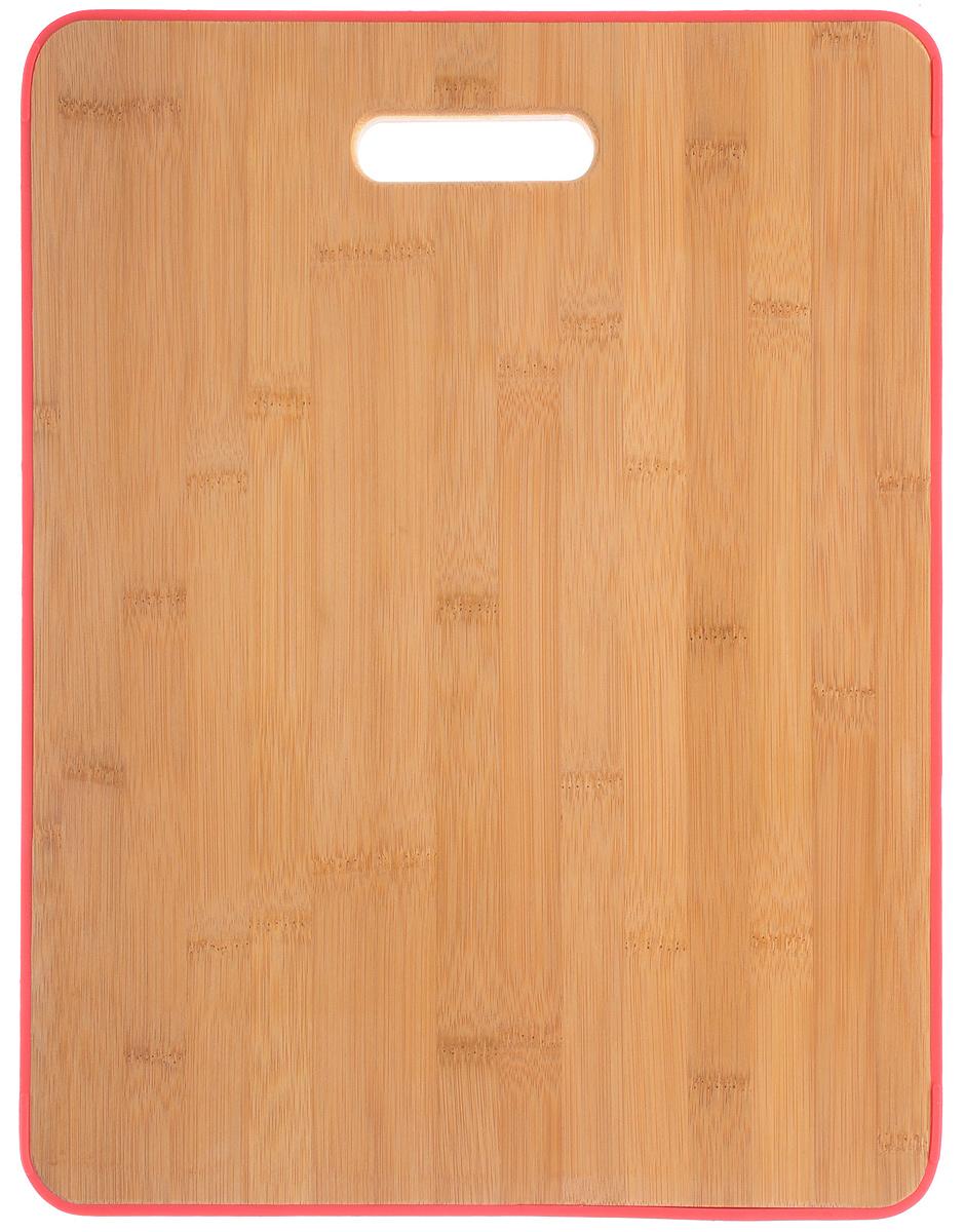 """Доска разделочная Attribute """"Bamboo Silicone"""" изготовлена из бамбука и имеет приятный,  естественный цвет. Специальное отверстие в её верхней части позволит подвесить разделочную  доску на стену для удобства хранения. Доска из бамбука по праву считается самой надёжной: она  имеет высокую прочность, устойчива к сильным нагрузкам. Используя её, вы не затупите ножи.  Разделочная доска не разбухает в воде, не впитывает влагу, устойчива к запахам."""