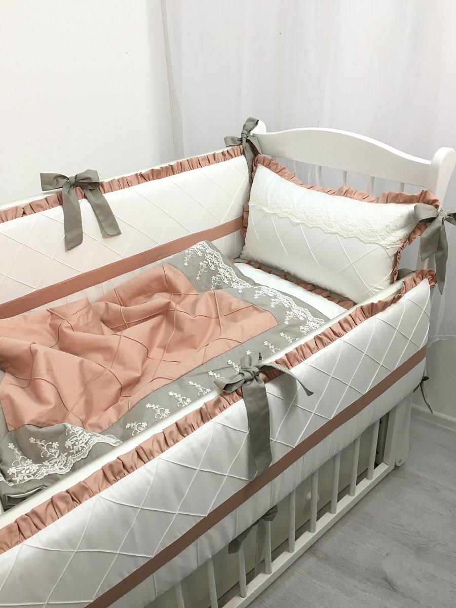 """Комплект для прямоугольной кроватки """"Венский вальс"""" выполнен из сатина премиум класса. Цветовое сочетание комплекта стильно впишется в интерьер детской комнаты. Спокойная палитра подойдет как для девочек, так и для мальчиков. Набор подходит для прямоугольных кроваток с размерами 60 х 120 см и 65 х 125 см. Все чехлы на бортиках съемные с потайной молнией. В наборе: бортик 120 х 34 см - 2 шт., бортик 60 х 34 см - 2 шт., одеяло 100 х 135 см - 1 шт., ткань 100% хлопок (сатин), наполнитель холлофайбер, пододеяльник 100 х 135 см - 1 шт., подушка для малыша 30 х 45 см - 1 шт., наволочка 30 х 45 см - 1 шт., простыня на резинке -1 шт., плед 100 х 100 см, валик. Состав: ткань 100% хлопок (сатин), наполнитель холлофайбер. Перед первым применением необходимо постирать. Уход: бережная стирка."""