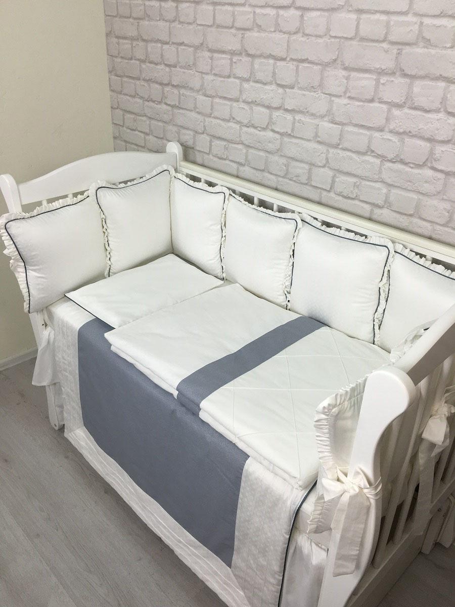 MARELE Комплект детского постельного белья в кроватку Греческий цвет серый 18 предметов4600000145440Комплект Греческий серый произведен из сатина премиум класса. Сатин жаккард имеет превосходный блеск, мягкость и шелковистость. Такой комплект станет замечательным подарком для молодой мамы и ее ребенка. Набор подходит для кроваток с размерами 60 х 120 см и 65 х 125 см. Все чехлы на бортиках съемные с потайной молнией. В наборе: подушка-бортик 34 х 34 см - 12 шт., одеяло 100 х 135 см - 1 шт., ткань 100% хлопок (сатин), наполнитель холлофайбер, пододеяльник 100 х 135 см - 1 шт., подушка для малыша 30 х 45 см - 1 шт., наволочка 30 х 45 см - 1 шт., простыня на резинке -1 шт., плед 100 х 100 см.Состав: ткань 100% хлопок (сатин, перкаль), наполнитель холлофайбер. Перед первым применением необходимо постирать. Уход: бережная стирка.