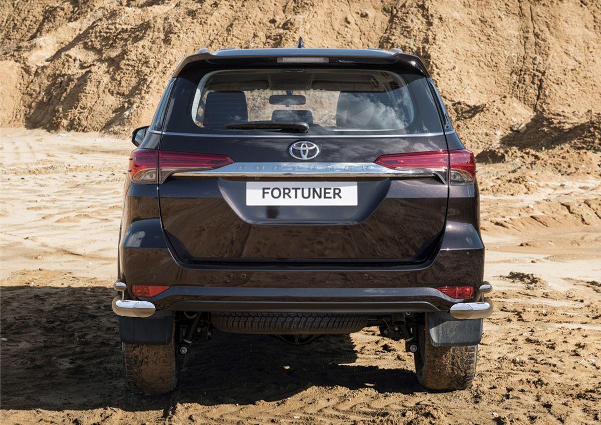 Защита заднего бампера Rival, для Toyota Fortuner 2017-, d76, d42, уголкиR.5720.007Стильное навесное оборудование дополняет экстерьер автомобиля, придавая ему индивидуальность, позволяет защитить кузов и лакокрасочное покрытие от повреждений при столкновении во время парковки или во время движения в плотном потоке автомобилей. Основными преимуществами продукта являются:- Производство на высокоточном оборудовании позволяет изготовить индивидуальный продукт с высокой точностью повторения геометрии автомобиля.- Использование высококачественной нержавеющей стали обеспечивает долговечную эксплуатацию.- Использование электроплазменной полировки позволяет добиться качественной равномерной зеркальной поверхности.- Установка в штатные места крепления не требует дополнительной доработки автомобиля.- Сохранение клиренса.- Возможность регулировки навесного оборудования при установке на автомобиле.- Совместимость с дополнительным оборудованием и аксессуарами Rival и с большинством оригинальных аксессуаров.
