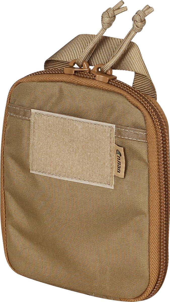 Органайзер карманный Сплав, цвет: бежевый. 41481254148125Подсумок-органайзер на молнии для удобного размещения мелочей, предназначен для ношения в грузовых карманах тактических и полевых брюк, а также внутри рюкзаков и сумок. При этом может использоваться и как обычный подсумок, прикрепленный снаружи снаряжения. Подсумок имеет минимальную толщину, выступающие и зацепляющиеся элементы конструкции (клипсы, полукольца) отсутствуют. Благодаря этому он легко размещается внутри различных карманов и отделений снаряжения. На задней стенке нашита простая ручка из стропы для быстрого извлечения.На фронтальной поверхности плоский карман из ткани со входом сверху (удобен для ручек, блокнотов, карточек и др. предметов требующих быстрого доступа). Сверху на карман нашита липучка-петля для крепления шевроновОсновное отделение на двухзамковой молнии. Молния пришита непосредственно к задней и передней стенке для минимизации толщины подсумка, и расстегивается полностью до самого дна. Вместо металлических язычков используются петли из паракорда (бесшумны, невозможно сломать).Внутренняя организация задней стенки: плоский карман из ткани Oxford 210d со входом сверху, на который нашиты три ряда резинок (38 мм, 25 мм, 25 мм) друг над другом в один слой.Резинки разделены закрепками на три ряда ячеек одинаковой ширины (размер оптимален для типичных мультитулов, небольших фонарей, складных ножей и т.п. предметов).К верху пришита петля из тесьмы для подвеса предметов на карабин (ключи, брелки и т.п.).Внутренняя организация передней стенки: плоский карман из ткани Oxford 210d со входом сверху, на молнии (защита от выпадения мелочей), на который нашиты три ряда резинок (38 мм, 25 мм, 25 мм) друг над другом. Резинки разделены закрепками на два широких ряда ячеек и один узкий (ручки, маркеры).К верху пришита петля из тесьмы для подвеса предметов на карабин.Такое расположение резинок (друг над другом в один слой) позволяет эффективно распределить предметы по максимальной площади. Длинные предметы 