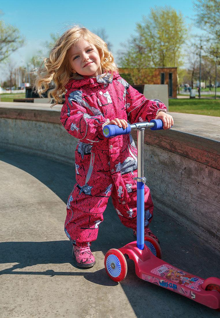 Комбинезон утепленный для девочки Oldos Active Анси, цвет: фуксия. 2A8OV03. Размер 86, 1,5 года2A8OV03Практичный и технологичный весенний комбинезон для малышей. Внешнее покрытие TEFLON - защита от воды и грязи, дополнительная износостойкость, за изделием легко ухаживать. Мембрана обеспечивает водонепроницаемость и отвод влаги. Гипоаллергенный утеплитель HOLLOFAN PRO тоньше обычного, но эффективнее удерживает тепло. Подкладка - флис, в рукавах и брючинах - гладкий полиэстер. Комбинезон принтованный, силуэт приталенный, карманы на молнии, светоотражающие элементы, нашивка-потеряшка. Изделие прекрасно защитит от ветра и дождя благодаря съемному капюшону с внутренней резинкой по краям, воротнику-стойке, ветрозащитной планки и резинкам по краю рукавов и брючин. Силиконовые штрипки не позволят брючинам задираться во время активных игр.