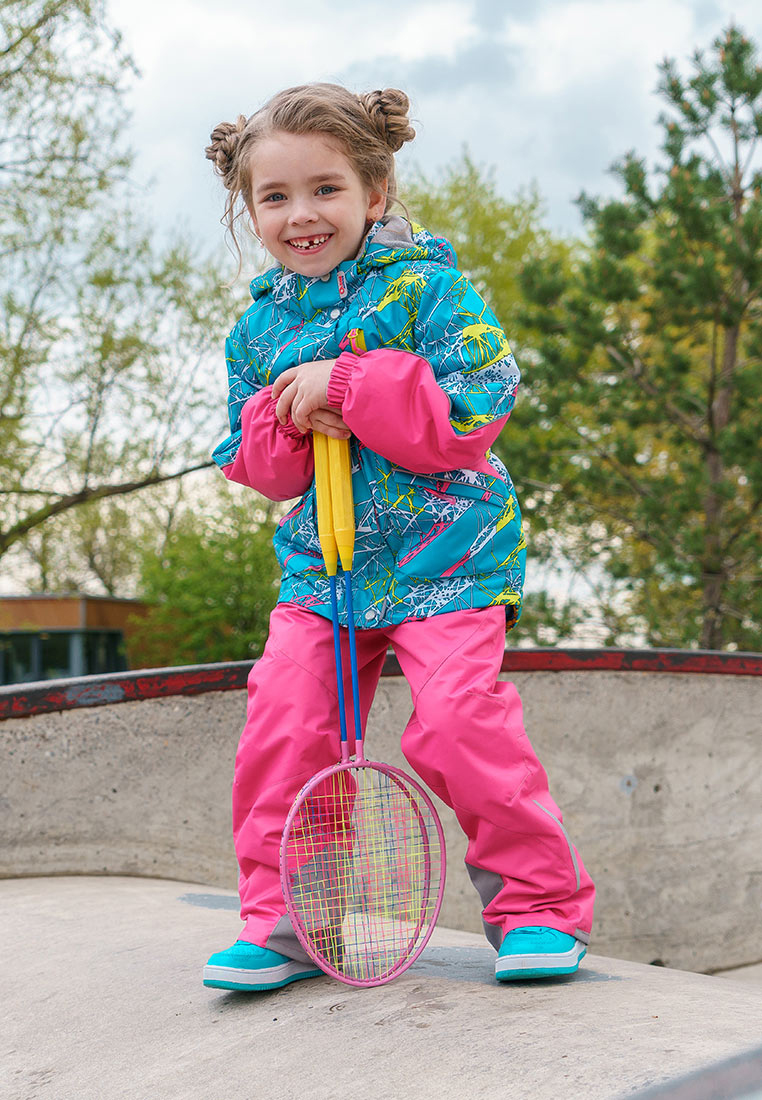 Комплект верхней одежды для девочки Oldos Active Лика, цвет: бирюзовый, розовый. 2A8SU21. Размер 128, 8 лет2A8SU21Принтованный весенний костюм из мембранной коллекции OLDOS ACTIVE состоит из куртки и брюк. Верхняя ткань с мембраной обеспечивает водонепроницаемость, при этом одежда дышит. Покрытие TEFLON повышает износостойкость, а так же облегчает уход за костюмом. Утеплитель в куртке Hollofan PRO. Подкладка в куртке - флис, в брюках - плотный полиэстер. Функционал продуман до мелочей - в куртке: капюшон, который отстегивается при необходимости, двойная ветрозащитная планка, манжеты на резинке, карманы на молнии, внутренний карман с нашивкой-потеряшкой, который застегивается на липучку; в брюках: объем талии регулируется, съемные регулируемые по длине лямки, карманы на молнии, ветрозащитная муфта с антискользящей резинкой, усиления по низу брюк в местах особого износа. Светоотражающие элементы.