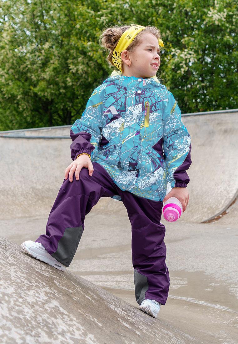Комплект верхней одежды для девочки Oldos Active Лика, цвет: голубой, фиолетовый. 2A8SU21. Размер 134, 9 лет2A8SU21Принтованный весенний костюм из мембранной коллекции OLDOS ACTIVE состоит из куртки и брюк. Верхняя ткань с мембраной обеспечивает водонепроницаемость, при этом одежда дышит. Покрытие TEFLON повышает износостойкость, а так же облегчает уход за костюмом. Утеплитель в куртке Hollofan PRO. Подкладка в куртке - флис, в брюках - плотный полиэстер. Функционал продуман до мелочей - в куртке: капюшон, который отстегивается при необходимости, двойная ветрозащитная планка, манжеты на резинке, карманы на молнии, внутренний карман с нашивкой-потеряшкой, который застегивается на липучку; в брюках: объем талии регулируется, съемные регулируемые по длине лямки, карманы на молнии, ветрозащитная муфта с антискользящей резинкой, усиления по низу брюк в местах особого износа. Светоотражающие элементы.
