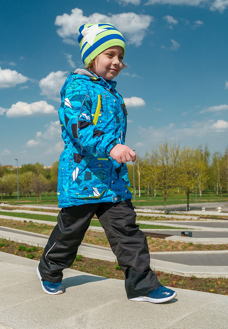 Комплект верхней одежды для мальчика Oldos Active Магнус, цвет: голубой, черный. 2A8SU23-2. Размер 140, 10 лет2A8SU23-2Принтованный утепленный весенний костюм из мембранной коллекции OLDOS ACTIVE состоит из куртки и брюк. Верхняя ткань с мембраной обеспечивает водонепроницаемость, при этом одежда дышит. Покрытие TEFLON повышает износостойкость, а так же облегчает уход за костюмом. Утеплитель в куртке Hollofan PRO. Подкладка в куртке - флис, в брюках - плотный полиэстер. Функционал продуман до мелочей - в куртке: капюшон, который отстегивается при необходимости, двойная ветрозащитная планка, манжеты на резинке, резинка по талии, накладные карманы с клапаном и на молнии, внутренний карман, который застегивается на липучку с нашивкой-потеряшкой; в брюках: объем талии регулируется, съемные регулируемые по длине лямки, карманы на молнии, ветрозащитная муфта с антискользящей резинкой, усиления по низу брюк в местах особого износа. Светоотражающие элементы.