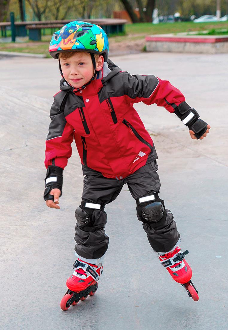 Комплект верхней одежды для мальчика Oldos Active Эспен, цвет: красный, серый. 2A8SU24. Размер 116, 6 лет2A8SU24Технологичный утепленный весенний костюм из мембранной коллекции OLDOS ACTIVE состоит из куртки и брюк. Верхняя ткань с мембраной обеспечивает водонепроницаемость, при этом одежда дышит. Покрытие TEFLON повышает износостойкость, а так же облегчает уход за костюмом. Утеплитель в куртке Hollofan PRO. Подкладка в куртке - флис, в брюках - плотный полиэстер. Функционал продуман до мелочей - в куртке: капюшон, который отстегивается при необходимости, двойная ветрозащитная планка, манжеты на резинке, карманы на молнии, регулировка по низу куртки, внутренний карман, который застегивается на липучку с нашивкой-потеряшкой; в брюках: объем талии регулируется, съемные регулируемые по длине лямки, карманы на молнии, ветрозащитная муфта с антискользящей резинкой, усиления по низу брюк в местах особого износа. Светоотражающие элементы.