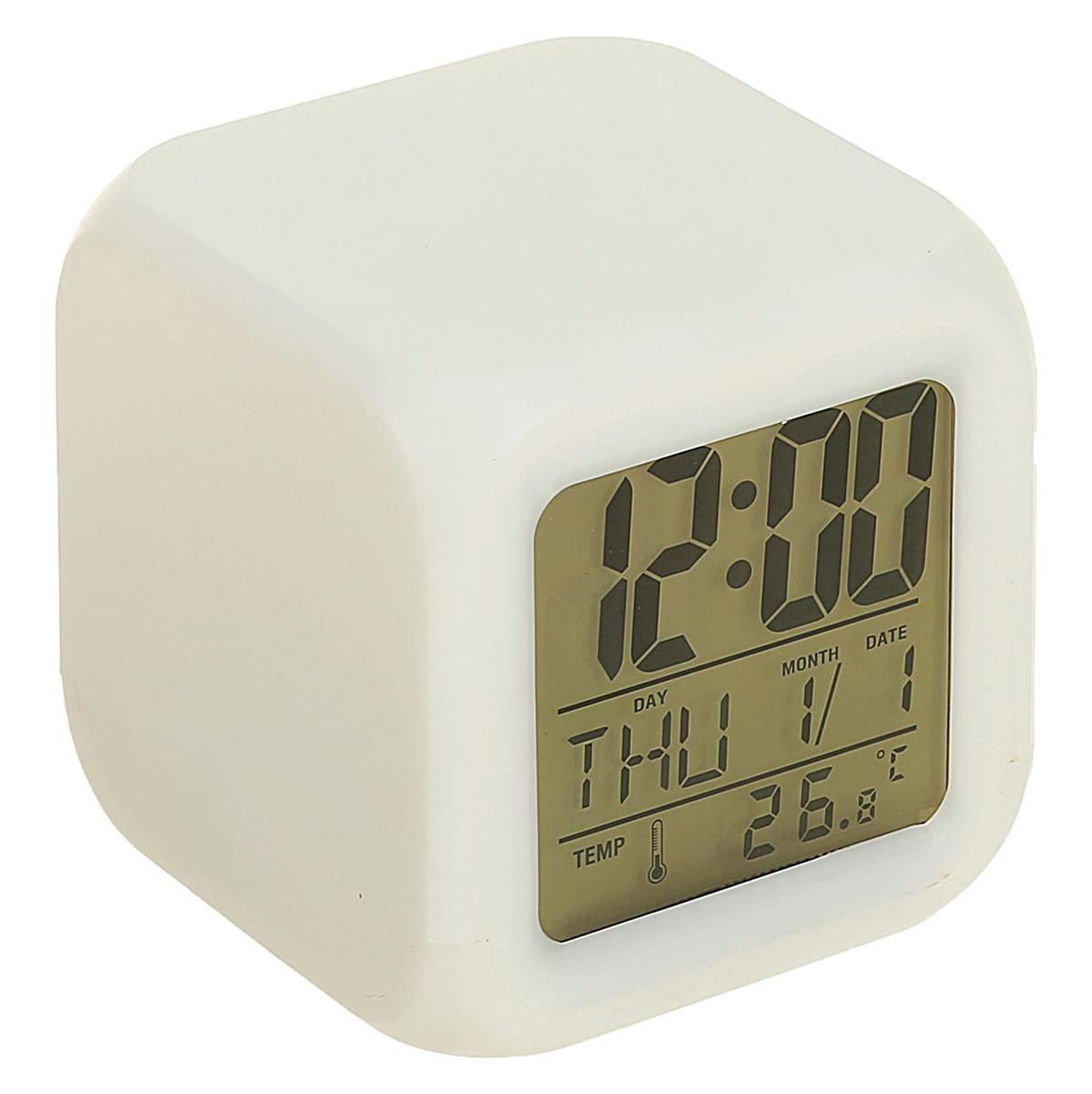Часы-будильник Luazon Home. 137977137977Минималистический дизайн часов в форме куба станет стильным акцентом в интерьере. Прибор заменяет сразу несколько устройств: часы, будильник, календарь и термометр — на дисплее отображаются показатели времени, даты, дня недели и месяца. Электронные часы удобны в использовании: настройка обеспечивается кнопками, расположенными на обратной стороне прибора. Характеристики Функция отображения времени, даты и температуры. Функция будильника. Подсветка дисплея. Низкое энергопотребление. Материал корпуса: пластик. Работает 3 батареек ААА (в комплект не входят). Хороший подарок для любителей нестандартных интерьерных решений!