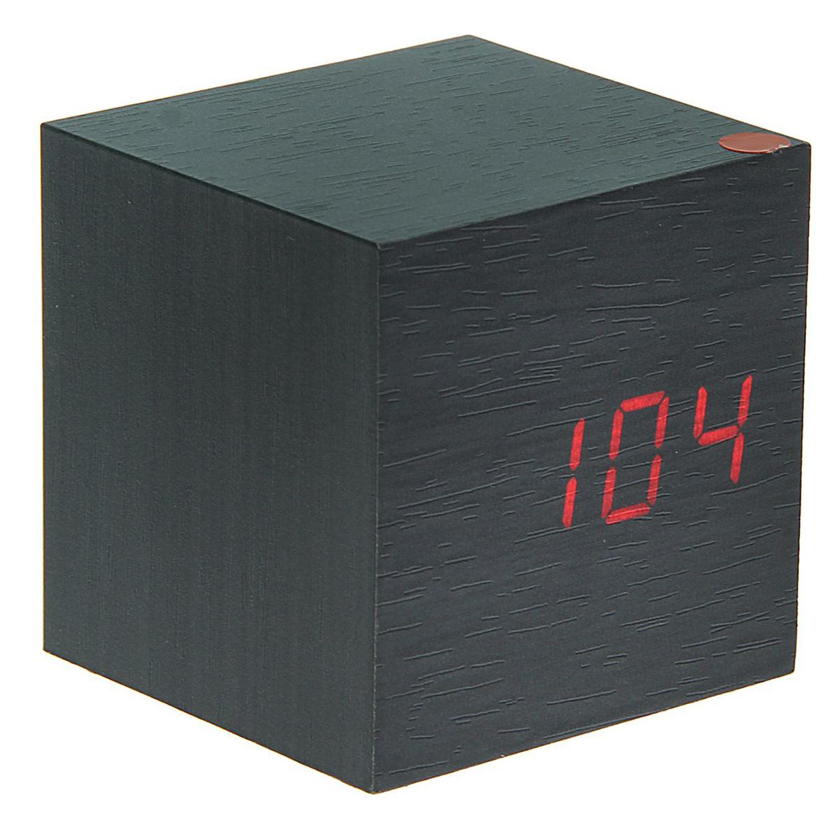 Часы-будильник Luazon Home Деревянный кубик. 14042711404271Минималистичный дизайн в форме куба сделает часы стильным акцентом вашего интерьера. Их уникальность состоит в отсутствии дисплея: в выключенном виде изделие представляет собой обычный деревянный куб, а при включении на нём видны подсвеченные изнутри цифры. Электронные часы удобны в использовании: настройка обеспечивается четырьмя кнопками, расположенными на обратной стороне прибора. Характеристики Отображение времени и температуры. Функция будильника. 4 кнопки для настройки. Внутренняя подсветка цифр. Низкое энергопотребление. Работает от USB или от 3 батареек ААА (в комплект не входят). Такие часы — прекрасный подарок для любителей нестандартных интерьерных решений.