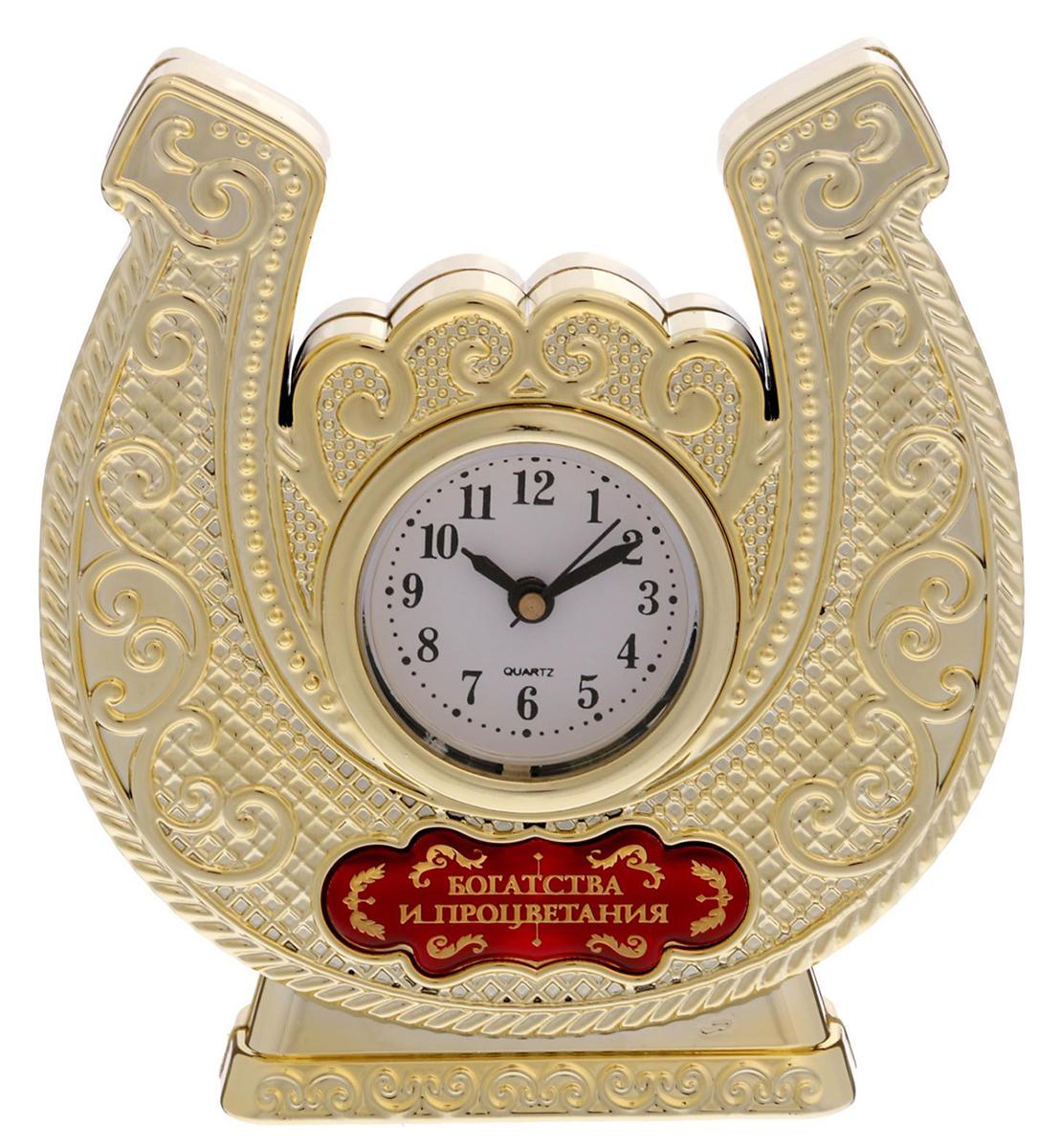 Время покорять мир Эти часы — прекрасный подарок 2 в 1! Они помогут правильно всё спланировать, а подкова принесёт удачу в делах и начинаниях. Фигурная статуэтка украшена шильдиком с добрым пожеланием, на обратной стороне выгравирована мотивирующая надпись. Инструкция Аккуратно достаньте механизм с циферблатом из корпуса. Установите время с помощью колёсика. Вставьте механизм обратно. Часы работают от батареек AG 13. Сувенир преподносится в подарочной коробочке с прозрачным окном.