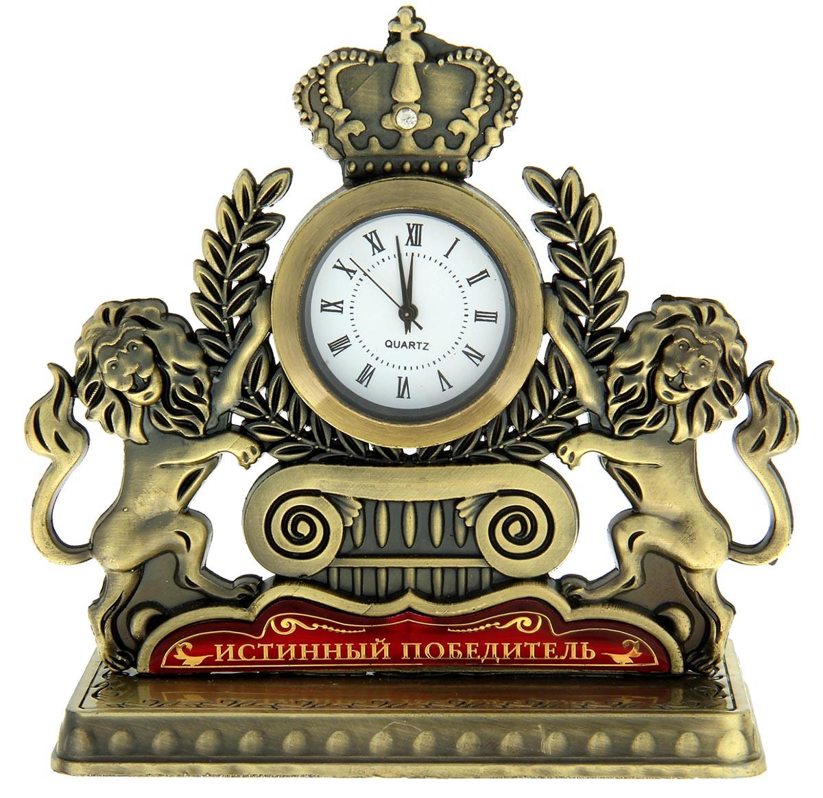 """Время покорять мир Часы """"Истинный победитель"""" — отличный подарок для начальника, друга или коллеги. Фигурная статуэтка с «царями природы» подчеркнёт статус и стиль обладателя. Оригинальный аксессуар станет предметом зависти для окружающих. Корона украшена стразой, на обратной стороне выгравирована мотивирующая надпись. Механизм вынимается из основы для смены батареек. Часы преподносятся в подарочной коробочке с прозрачным окном."""