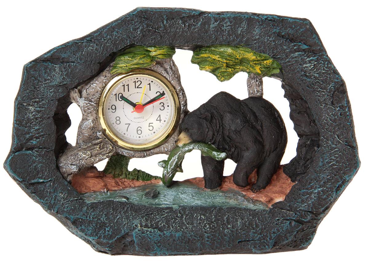 Часы настольные Медведь с рыбой, 24,5 х 17 см. 872901872901Каждому хозяину периодически приходит мысль обновить свою квартиру, сделать ремонт, перестановку или кардинально поменять внешний вид каждой комнаты. Часы настольные Медведь с рыбой — привлекательная деталь, которая поможет воплотить вашу интерьерную идею, создать неповторимую атмосферу в вашем доме. Окружите себя приятными мелочами, пусть они радуют глаз и дарят гармонию.