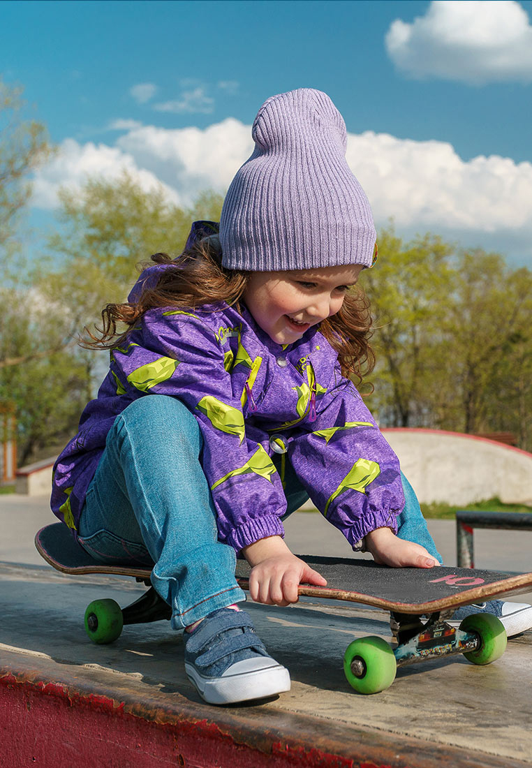 Куртка для девочки Oldos Active Рэйна, цвет: лавандовый, оливковый. 3A8JK09-1. Размер 110, 5 лет3A8JK09Яркая и практичная куртка из мембранной коллекции от Oldos Active. Верхняя ткань с мембраной обеспечивает водонепроницаемость, при этом одежда дышит. Покрытие Teflon повышает износостойкость и облегчает уход. Подкладка- флис, в области груди и спины, плотный полиэстер в рукавах. Такая куртка прекрасно защитит от непогоды благодаря продуманному функционалу: капюшону, который отстегивается при необходимости, двойной ветрозащитной планке, манжетам на резинке и внешней регулировке по талии, регулируемой утяжке по низу ветровки. Куртка оснащена карманами на молнии и светоотражающими элементами. Внутри есть потайной карман, который застегивается на липучку и нашивка-потеряшка.
