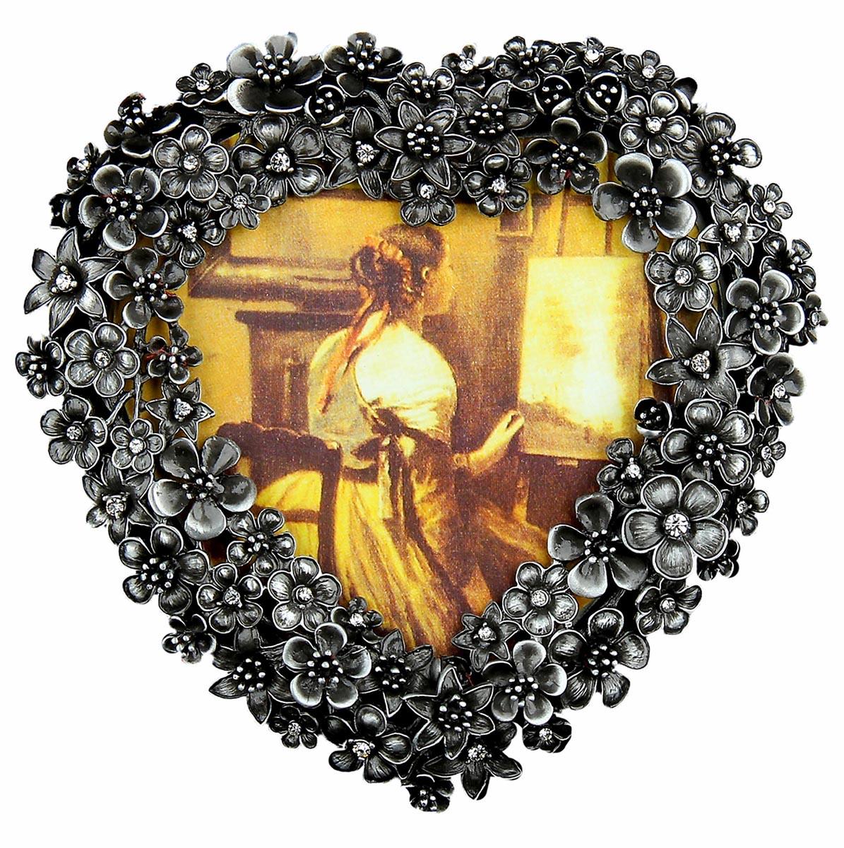 Фоторамка Цветочное сердце со стразами, 9х13 см. 10206951020695Не стоит ломать голову над тем, что подарить Вашим родным и близким, ведь, эта великолепная Фоторамка Цветочное сердце со стразами, 9х13 см будет как раз кстати. Непревзойденная форма, яркий блеск, переливающийся в лучах света и, конечно же, любимая фотография: поистине прекрасная композиция. Фоторамка которой хочется бесконечно любоваться и восхищаться!