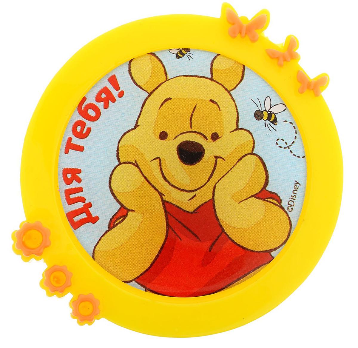 Магнит-рамка Disney Медвежонок Винни. Для тебя!, 6 х 6 см. 12568661256866Дарите радость с Disney. Удивите малышей уникальным сувениром с любимым персонажем! Он порадует ребенка стильным дизайном и ярким исполнением. Красочный акриловый магнит будет долгие годы украшать холодильник или другую металлическую поверхность. Изделие дополнено оригинальной открыткой, где можно написать теплые слова и сделать маленький подарок более личным.Соберите коллекцию аксессуаров с любимыми героями!