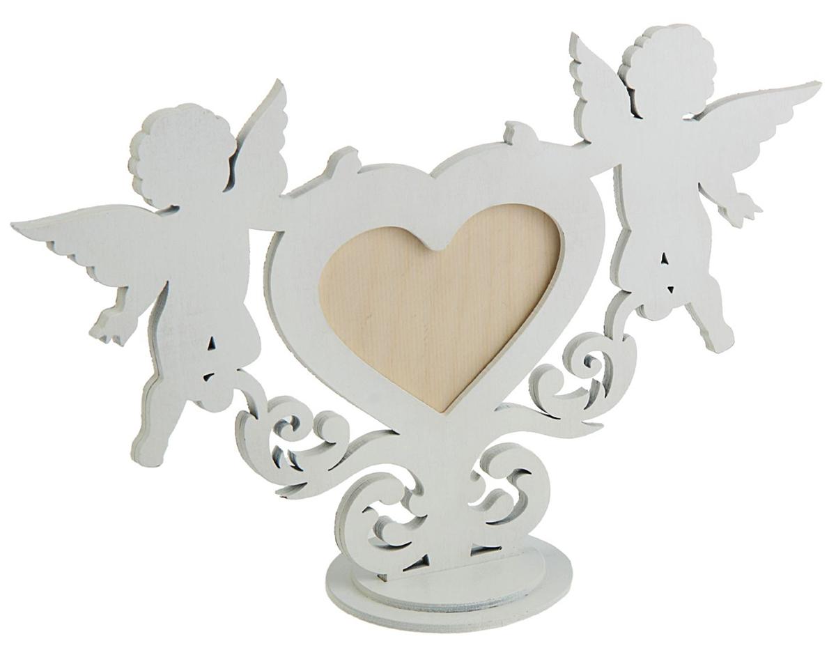 Фоторамка Канышевы Сердце с ангелами. 13382101338210Деревянная рамка в форме сердца будет надёжно оберегать снимок с вашей второй половинкой и станет отличным подарком на день Святого Валентина, свадьбу или другую важную дату. Благодаря утончённому дизайну она украсит любой интерьер. Рамка хорошо будет смотреться как на рабочем столе, так и на полочке среди книг. А фотография внутри станет выглядеть ещё милее.