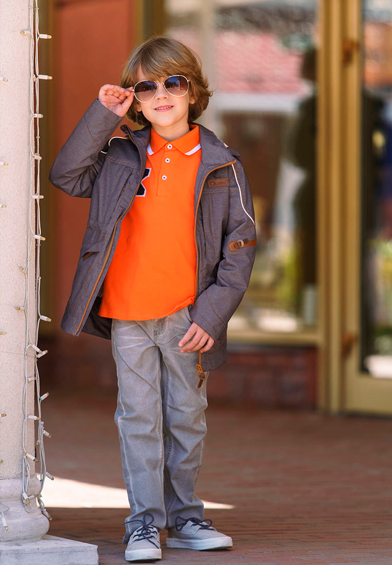 Куртка для мальчика Oldos Сноу, цвет: коричневый. 3O8JK10-1. Размер 122, 7 лет3O8JK10-1Модная и стильная куртка от OLDOS - прекрасное дополнение к любому гардеробу. Внешняя ткань с водо-грязеотталкивающей пропиткой защищает от ветра и дождя. Принтованная подкладка из бязи - 65% полиэстер, 35% хлопок. Куртка хорошо защитит от ветра благодаря съемному капюшону с внутренней резинкой по краям для лучшего прилегания, внутренней утяжке по талии. Манжеты прямые. Модель дополнена накладными карманами на молнии с клапанами и светоотражающими элементами.