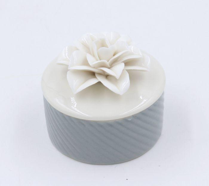 Шкатулка декоративная Magic Home, 6,5 х 6,4 х 6,3 см43832Шкатулка Magic Home - декоративная бледно-серая с белым цветком шкатулка для украшений из фарфора. Вы можете поставить шкатулку в любом месте, где она будет удачно смотреться и радовать глаз. Кроме того - это отличный вариант подарка для ваших близких и друзей.
