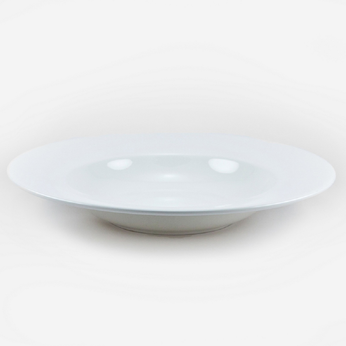 Тарелка для пасты Royal Porcelain Ascot, 28 смB1062ROYAL новый уникальный продукт на рынке фарфора производится из материала, в состав которого входит алюминиум (глинозем) в виде порошка, что придаёт фарфору уникальные свойства: белоснежный цвет, как на поверхности, так и на изломе, более тонкие и изящные формы, так как добавление металла делает фарфоровую массу более пластичной, устойчивость к сколам и царапинам. Возможный перепад температур при эксплуатации до 200 градусов! Фарфор покрывается глазурью, что характеризует эту посуду как продукт высшего класса. Идеально подходит для использования в микроволновой печи и посудомоечной машине