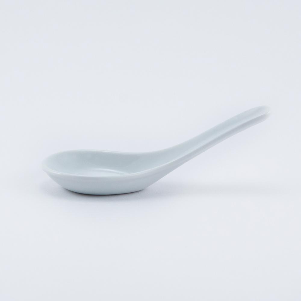 Ложка Nuova Cer, 13 смРП-4049ROYAL новый уникальный продукт на рынке фарфора производится из материала, в состав которого входит алюминиум (глинозем) в виде порошка, что придаёт фарфору уникальные свойства: белоснежный цвет, как на поверхности, так и на изломе, более тонкие и изящные формы, так как добавление металла делает фарфоровую массу более пластичной, устойчивость к сколам и царапинам. Возможный перепад температур при эксплуатации до 200 градусов! Фарфор покрывается глазурью, что характеризует эту посуду как продукт высшего класса. Идеально подходит для использования в микроволновой печи и посудомоечной машине