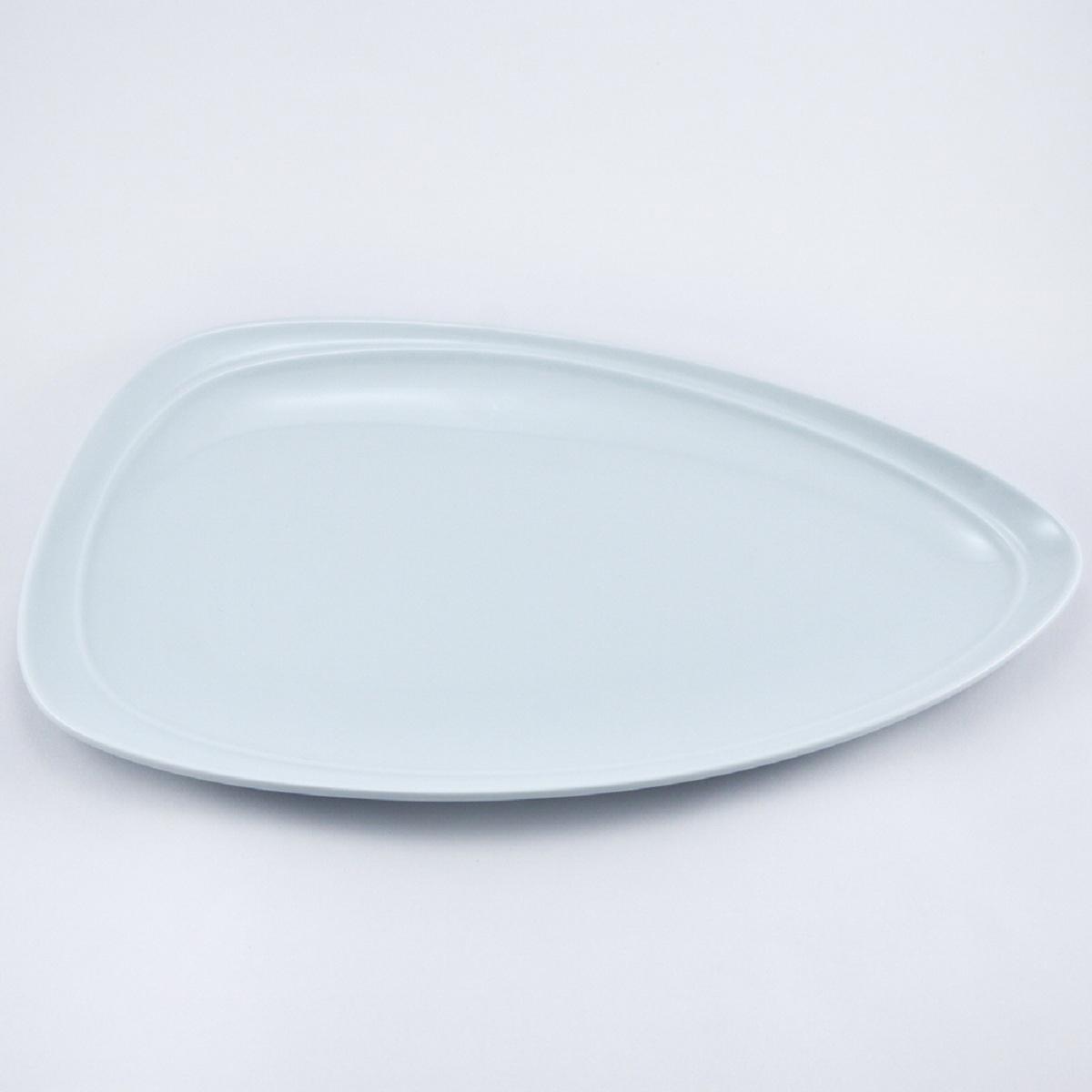 Тарелка Nuova Cer Муд Белое, 35 х 30 смРП-5605WROYAL новый уникальный продукт на рынке фарфора производится из материала, в состав которого входит алюминиум (глинозем) в виде порошка, что придаёт фарфору уникальные свойства: белоснежный цвет, как на поверхности, так и на изломе, более тонкие и изящные формы, так как добавление металла делает фарфоровую массу более пластичной, устойчивость к сколам и царапинам. Возможный перепад температур при эксплуатации до 200 градусов! Фарфор покрывается глазурью, что характеризует эту посуду как продукт высшего класса. Идеально подходит для использования в микроволновой печи и посудомоечной машине