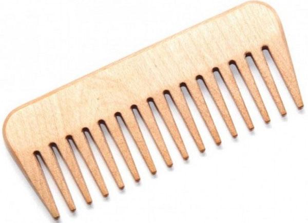 Тимбэ Продакшен Гребень массажныйРД5101Полезные свойства деревянных расчесок: - не электризуют волосы, снимают с них эффект статического электричества, - нежно ухаживают за кожей головы, оказывая на нее легкое массажное действие и не царапая ее - аккуратно расчесывают волосы, не выдирая их и не путая, не травмируя волосяные луковицы - снимают усталость, ослабляют головные боли, избавляют от стресса - отлично годятся для нанесения масок и сывороток для ухода за волосами, а также средств для укладки, поскольку не вступают с ними в химическую реакцию. Расческа из березы рекомендована тем, кому приходится пользоваться средствами от перхоти, аромарасчёсывания с разными эфирными маслами.
