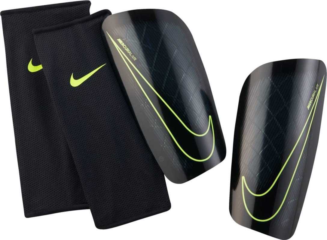 Щитки футбольные Nike Mercurial Lite Shin Guards, цвет: черный. Размер LSP2086-010Футбольные щитки Nike Mercurial Lite Shin Guards сочетают в себе непревзойденную тонкость, превосходную амортизацию и защиту от ударных нагрузок для оптимальной функциональности, которая соответствует требованиям высокопрофессиональной игры. Низкопрофильная конструкция защищает от трения, не натирая кожу. Анатомическая конструкция повторяет контуры голени для зональной амортизации. К надежному защитному элементу прилегает плотная оболочка из пеноматериала, которая поглощает удары.