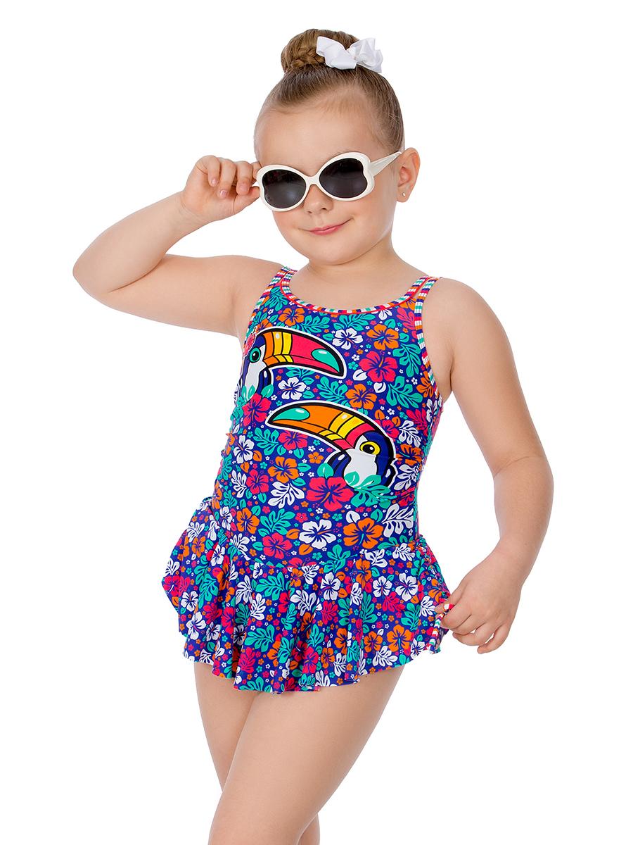 Купальник слитный для девочки Arina Nirey, цвет: разноцветный. GSQ 131803. Размер 104/110GSQ 131803Оригинальный слитный купальник-платье от Arina Nirey для девочек младшего возраста. Стильная модель на тонких двойных бретелях с цветным пластиковым замком, замыкающим глубокий круглый вырез на спинке. Расклешенная мини-юбочка, встроенная по линии бедер, по бокам дополнена регулировками на шнурке, образующими сборку. Модель выполнена в эффектном цветочном принте Яркий Рио с детально расположенными принтами птиц по передней детали и декорирована окантовками.