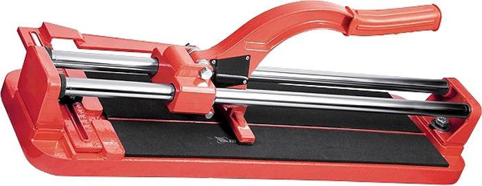 Плиткорез МТХ, направляющая с подшипником, усиленная ручка, 500 х 16 мм87607Предназначен для резки керамической кафельной плитки толщиной до 16 мм и длиной от 400 до 600 мм. Режущим элементом является ролик из твердого сплава ВК-8. Основание – цельнолитая станина из алюминиевого сплава, которая обеспечивает более устойчивое состояние инструмента при работе и абсолютную неподвижность разрезаемой плитки на обрезиненной поверхности станины. Две трубчатые направляющие, изготовленные из хромированной стали с антикоррозионным покрытием, обеспечивают свободный ход каретки по ним в процессе резки. Ходовая каретка представляет собой массивный цельнолитой закрытый корпус, внутри которого размещаются цилиндрические шариковые подшипники, благодаря которым каретка перемещается по направляющим свободно даже при их загрязнении.Отсутствие люфтов в каретке позволяет выполнять рез максимально точно.Модели данных плиткорезов снабжены металлическим линейкой-угольником размера, угла и дополнительной фиксацией отрезаемой заготовки.