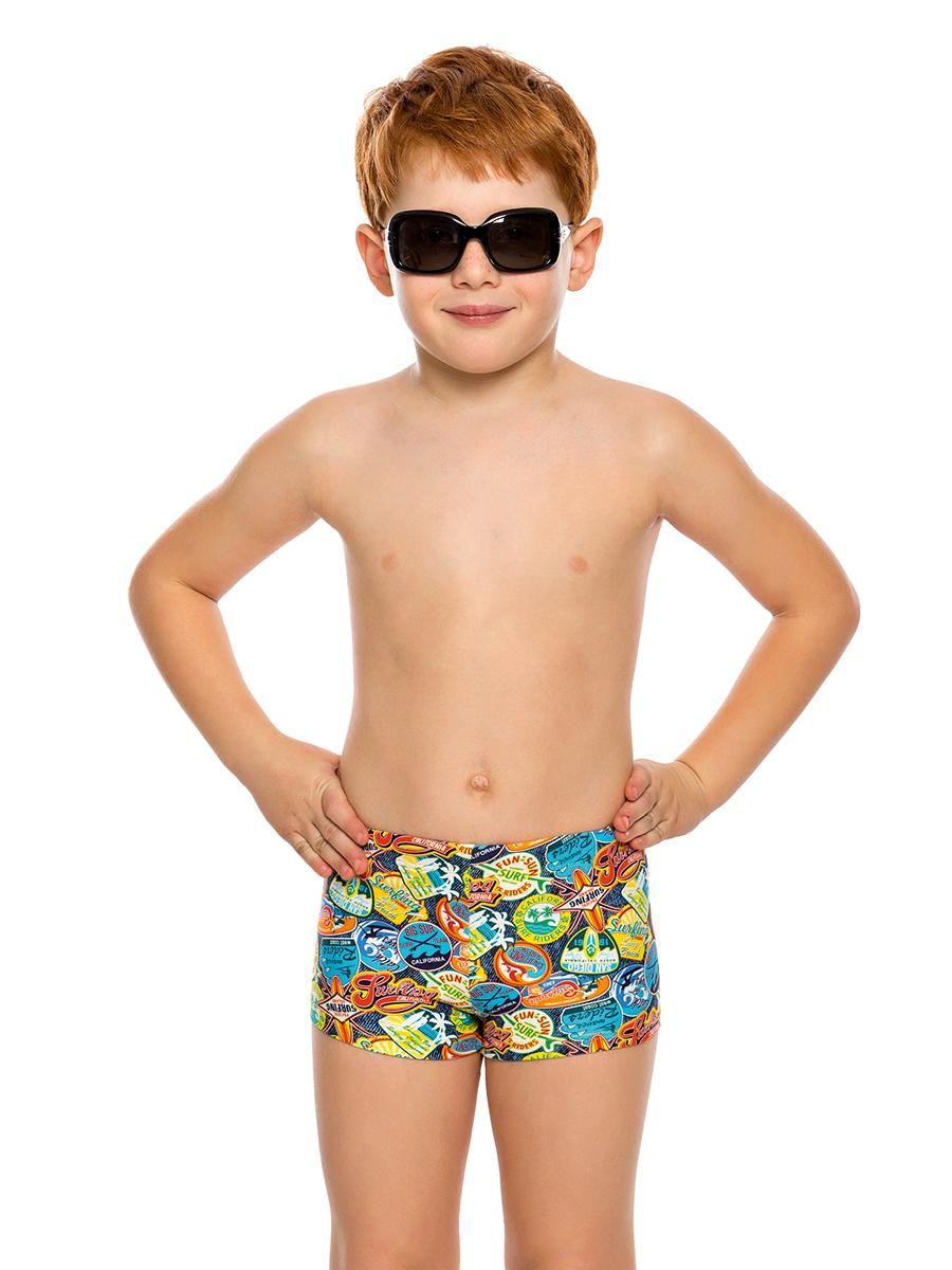 Купальные плавки для мальчика Arina Nirey, цвет: синий. BX 121803. Размер 104/110BX 121803Пляжные плавки-шортики от Arina Nirey для мальчиков младшего возраста. Модель комфортной посадки, с поясом запакованного типа и потайным шнуром - для удобной регулировки объема. Плавки выполнены из высококачественной микрофибры в разноцветном раппортном принте Лейбл-деним, который обязательно понравится маленьким искателям приключений.