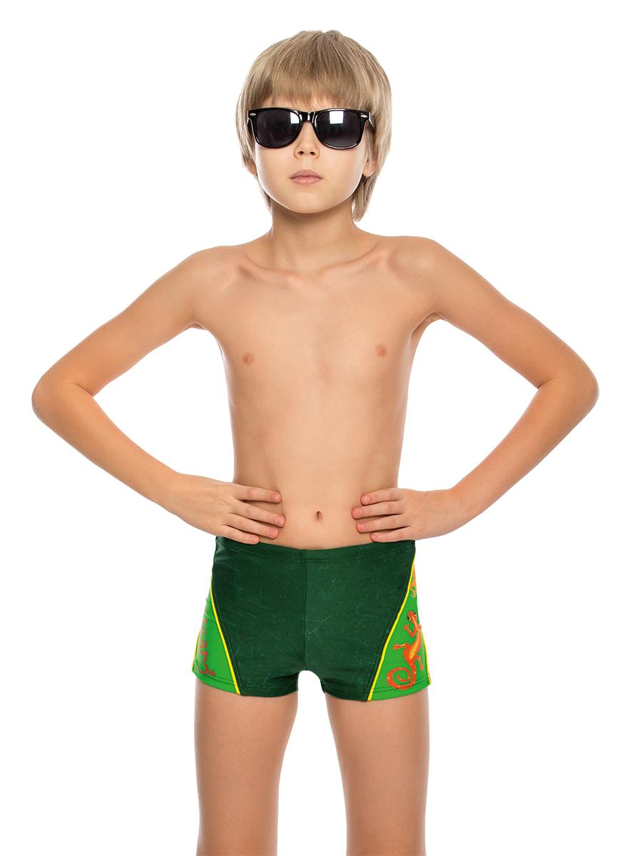 Купальные плавки для мальчика Arina Nirey, цвет: темно-зеленый. BX 081808. Размер 116/122BX 081808Удлиненные облегающие плавик-шортики от Arina Nirey для школьников и подростков. Модель с поясом запакованного типа и потайным шнурком – для регулировки посадки. Передняя деталь дополнена подкладкой. Изделие выполнено из матовой лайкры и оформлено контрастными диагональными вставками и коллекционными принтами. Плавки прекрасно подходят для активных занятий как на суше, так и в воде.