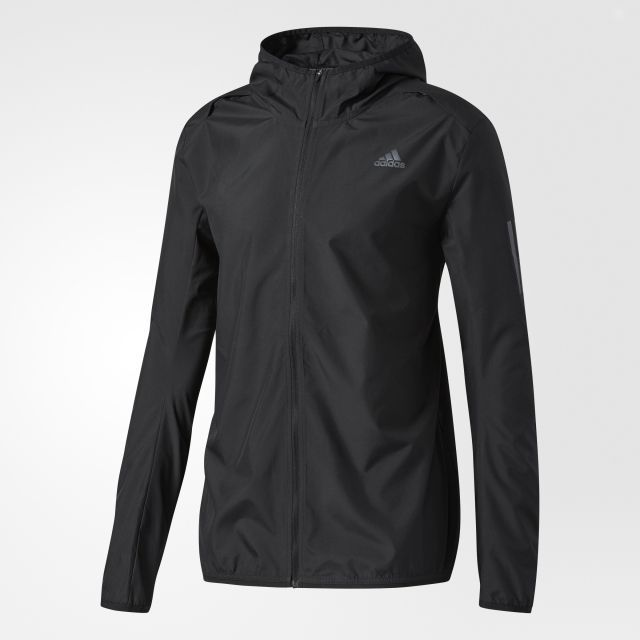 Ветровка мужская adidas Rs Hd Wnd Jkt M, цвет: черный. BQ2152. Размер XXL (60/62)BQ2152Продолжайте тренировки, даже если на улице ветрено. Эта мужская беговая ветровка от adidas с застежкой на молнию и капюшоном не пропускает холодный воздух внутрь. Удлиненная спинка для дополнительного комфорта и потайной карман на молнии для полезных мелочей.
