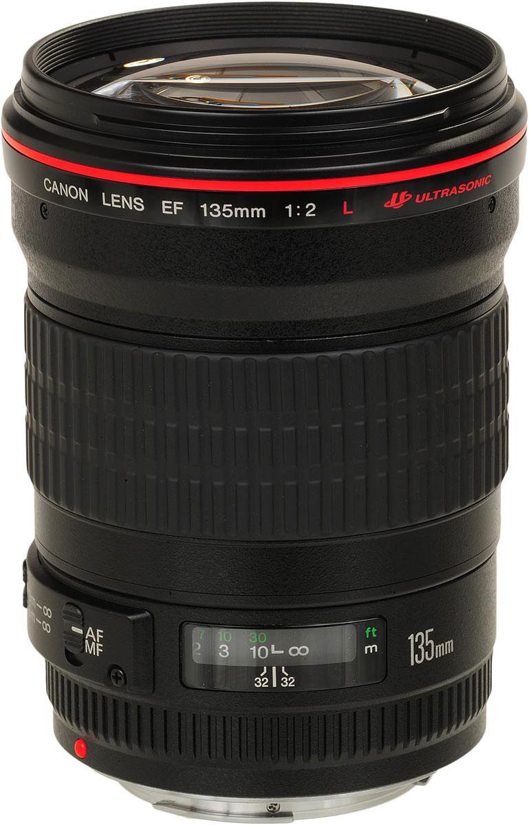 Canon EF 135 mm f/2L USM объективEF 135 mm f/2L USMCanon EF 135 mm f/2L USM - быстрый, легкий телеобъектив высокого качества. Он идеален для съемки спортивных событий в крытых помещениях при слабом освещении, а также для портретной съемки.Высокая светосила объектива позволяет снимать с относительно короткими выдержками, даже при слабом освещении. Этот делает EF 135 мм f/2.0L USM идеальным объективом для фотографов, снимающих спортивные мероприятия в крытых помещениях.Профессиональные объективы Canon серии L служат наилучшими образцами высокоточной оптики EF. Объективы серии L сочетают в себе превосходные технические характеристики с удобством в обращении, при этом они защищены от пыли и влаги.Высокая светосила f/2 обеспечивает потрясающую скорость съемки при слабом освещении, без вспышки. Высокая светосила также позволяет четко контролировать глубину резкости.Ультразвуковой привод кольцевого типа позволяет добиться быстрой и практически беззвучной автофокусировки. Благодаря отличным характеристикам объектива достигается точная фокусировка. Доступная в любой момент ручная коррекция фокусировки возможна без отключения автофокусировки.Покрытие Super Spectra помогает обеспечить точный цветовой баланс и высокую контрастность. Также покрытие позволяет устранить блики и двоение изображений, возникающие в результате отражения света от датчика камеры.Объектив передает сведения о расстоянии экспозамеру E-TTL II совместимой камеры EOS, что обеспечивает оптимальный замер экспозиции.