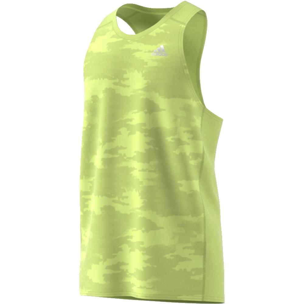 Майка мужская Adidas Rs Singlet M, цвет: желтый. CE7276. Размер L (52/54)CE7276Городская версия силуэта, который пользуется большой популярностью у элитных атлетов и ведущих марафонцев. Мужская беговая майка от adidas с тональным камуфляжным принтом в уличном стиле. Технология Climacool обеспечивает безупречную вентиляцию и ощущение свежести, а широкие проймы рукавов - полную свободу движений. adidas заботится об окружающей среде при производстве товаров. Эта модель выполнена из переработанного полиэстера с целью сохранения ресурсов и уменьшения вредных выбросов в атмосферу.