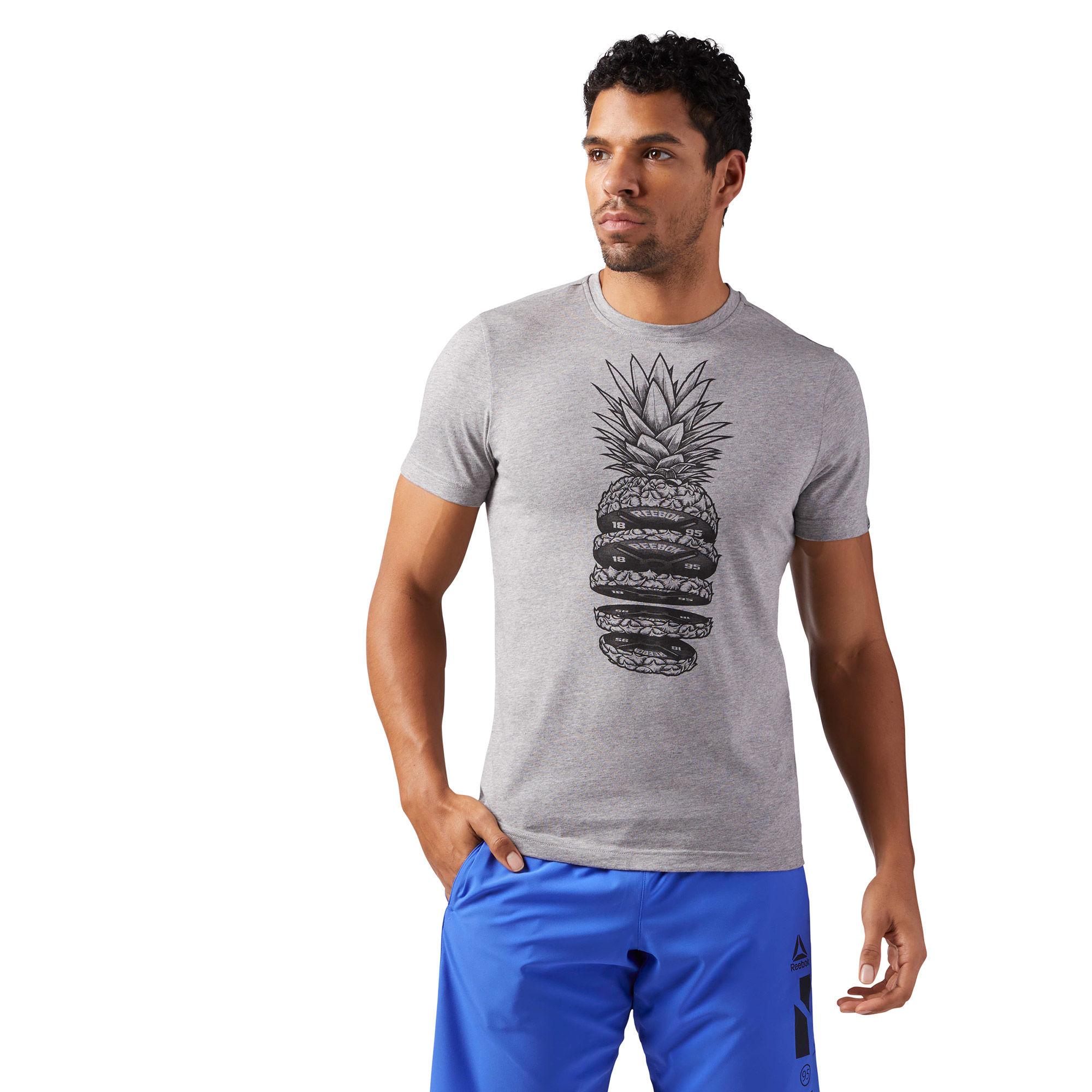Футболка мужская Reebok Pineapple Weights, цвет: серый. CF3860. Размер XXL (60/62)CF3860Удобная и стильная футболка от Reebok на каждый день. Она также отлично подойдет для тренировок, а классический круглый ворот выступает модным элементом дизайна. Эффектный принт спереди обращает на себя внимание.