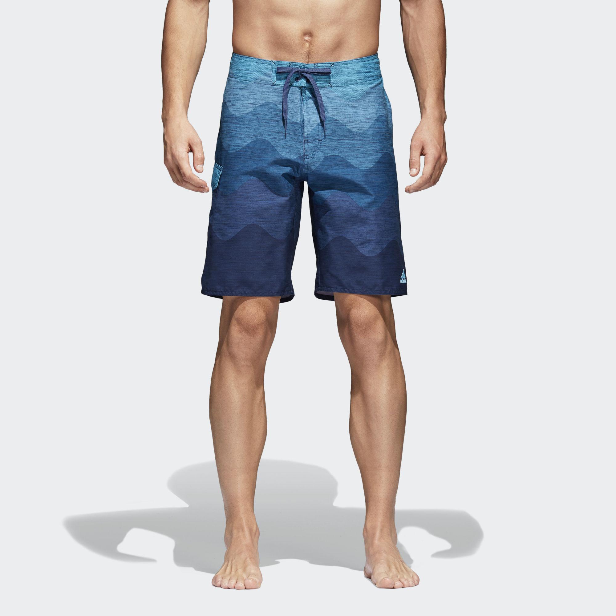 Шорты мужские adidas Wave Sh Cl, цвет: синий. CV5167. Размер S (44/46)CV5167Мужские шорты от adidas в серферском стиле для пляжа и бассейна. Классическая длина и удобные внутренние шорты из сетки. Модель украшена эффектным принтом с волнами.