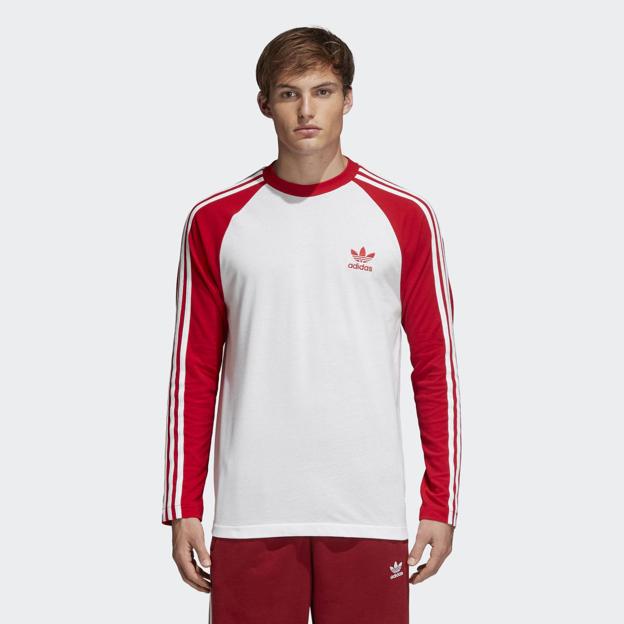 Лонгслив мужской adidas 3-Stripes Ls T, цвет: белый, красный. CW1231. Размер M (48/50)CW1231Культовый мужской лонгслив из архивов adidas. Модель приталенного кроя украшена контрастными тремя полосками на рукавах-реглан и вышитым трилистником на груди. Выполнена из приятной к телу хлопковой ткани пике.