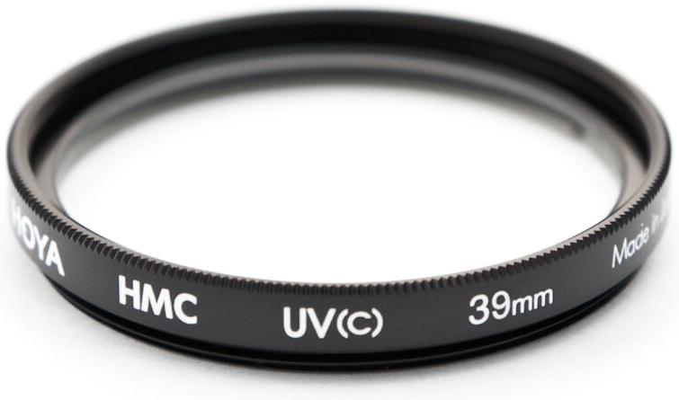 Hoya UV(C) HMC Multi светофильтр ультрафиолетовый (39 мм)24066060792Светофильтр HOYA UV(C) HMC MULTI ультрафиолетовый с многослойным просветлением защитит ваши снимки от воздействия невидимого ультрафиолетового излучения, которое часто делает изображение неясным и нечетким в ясный, солнечный день. Однако его применение намного меньше оказывает влияния на экспозицию, чем при применении обычных ультрафиолетовых светофильтров благодаря структуре используемого стекла и его параметрам. Также он рекомендуется к повседневному использованию в качестве защитного светофильтра для предотвращения попадания грязи, пыли, капель воды и отпечатков пальцев на линзу объектива. Оправа светофильтра выполнена из алюминиевого сплава, что придает дополнительную защиту объективу. Благодаря более мягкой структуре металла при ударе алюминиевые оправы светофильтров Ноуа поглощают часть энергии за счет деформации. Замена светофильтра намного дешевле замены всего объектива.Высококачественное стекло и многослойное просветление HOYA Multi Coating (HMC) состоит из нескольких слоев с каждой стороны светофильтра.Характеристики - Преимущества - Тип просветления – Многослойное- Многослойное просветление Ноуа уменьшает отражение света от поверхности с 9% до 1-2% - Совместимость – со всеми пленочными и цифровыми фото/видео камерами. - Применение прозрачного стекла, без железистых примесей с просветлением обеспечивают уровень светопропускания практически 100%.