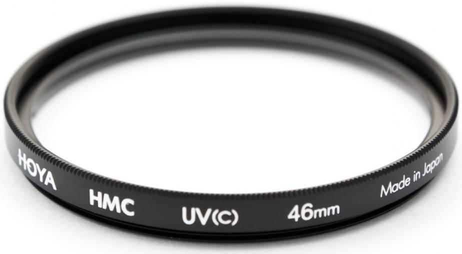 Hoya UV(C) HMC Multi светофильтр ультрафиолетовый (46 мм)24066051325Светофильтр HOYA UV(C) HMC MULTI ультрафиолетовый с многослойным просветлением защитит ваши снимки от воздействия невидимого ультрафиолетового излучения, которое часто делает изображение неясным и нечетким в ясный, солнечный день. Однако его применение намного меньше оказывает влияния на экспозицию, чем при применении обычных ультрафиолетовых светофильтров благодаря структуре используемого стекла и его параметрам. Также он рекомендуется к повседневному использованию в качестве защитного светофильтра для предотвращения попадания грязи, пыли, капель воды и отпечатков пальцев на линзу объектива. Оправа светофильтра выполнена из алюминиевого сплава, что придает дополнительную защиту объективу. Благодаря более мягкой структуре металла при ударе алюминиевые оправы светофильтров Ноуа поглощают часть энергии за счет деформации. Замена светофильтра намного дешевле замены всего объектива.Высококачественное стекло и многослойное просветление HOYA MultiCoating (HMC) состоит из нескольких слоев с каждой стороны светофильтра.Характеристики - Преимущества - Тип просветления – Многослойное- Многослойное просветление Ноуа уменьшает отражение света от поверхности с 9% до 1-2% - Совместимость – со всеми пленочными и цифровыми фото/видео камерами. - Применение прозрачного стекла, без железистых примесей с просветлением обеспечивают уровень светопропускания практически 100%.