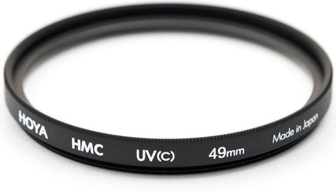 Hoya UV(C) HMC Multi светофильтр ультрафиолетовый (49 мм)24066051332Светофильтр HOYA UV(C) HMC MULTI ультрафиолетовый с многослойным просветлением защитит ваши снимки от воздействия невидимого ультрафиолетового излучения, которое часто делает изображение неясным и нечетким в ясный, солнечный день. Однако его применение намного меньше оказывает влияния на экспозицию, чем при применении обычных ультрафиолетовых светофильтров благодаря структуре используемого стекла и его параметрам. Также он рекомендуется к повседневному использованию в качестве защитного светофильтра для предотвращения попадания грязи, пыли, капель воды и отпечатков пальцев на линзу объектива.Оправа светофильтра выполнена из алюминиевого сплава, что придает дополнительную защиту объективу. Благодаря более мягкой структуре металла при ударе алюминиевые оправы светофильтров Ноуа поглощают часть энергии за счет деформации. Замена светофильтра намного дешевле замены всего объектива. Высококачественное стекло и многослойное просветление HOYA MultiCoating (HMC) состоит из нескольких слоев с каждой стороны светофильтра.Характеристики - Преимущества- Тип просветления – Многослойное - Многослойное просветление Ноуа уменьшает отражение света от поверхности с 9% до 1-2%- Совместимость – со всеми пленочными и цифровыми фото/видео камерами.- Применение прозрачного стекла, без железистых примесей с просветлением обеспечивают уровень светопропускания практически 100%.