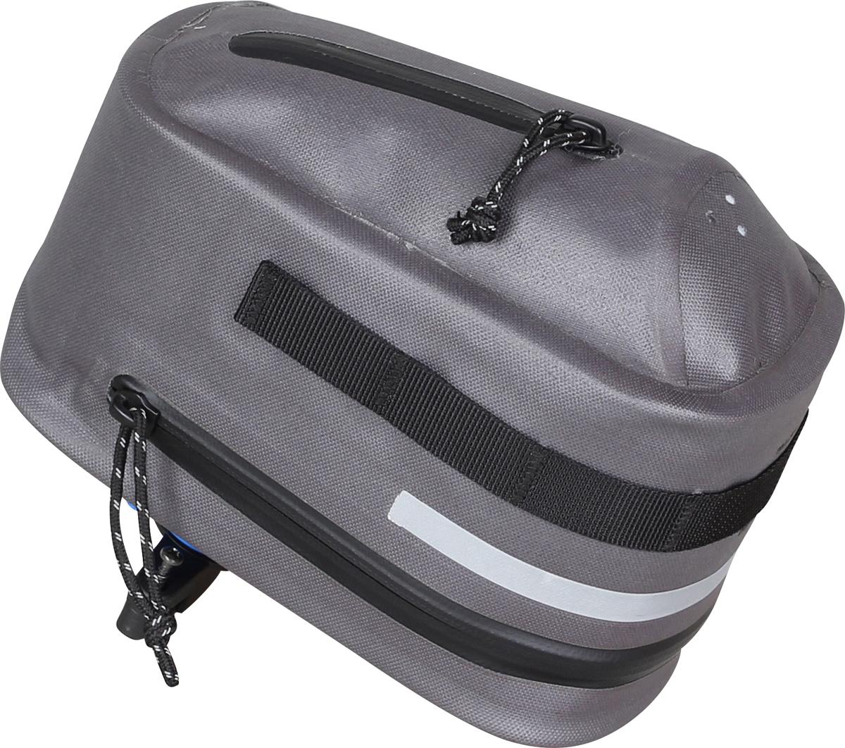 Велосумка подседельная Сплав  Saddle, цвет: серый. 50608405060840Съёмная подседельная сумка Сплав Saddle выполнена из нейлона. Основнойобъем и нижний карман закрываются влагозащитной молнией. Все швыгерметичны. Механизм KLICKfix позволяет отсоединять и присоединять сумкуодним щелчком. Жёсткая вставка из вспененного материала в основномобъёме. На боковой и задней поверхности светоотражающий элемент. Ячейкииз стропы для навески дополнительных подсумков. Нижний карман имеетдренажные отверстия. Подобная сумка незаменима для велосипедов с низкой рамой, на которыхневозможно установить подрамную сумку.