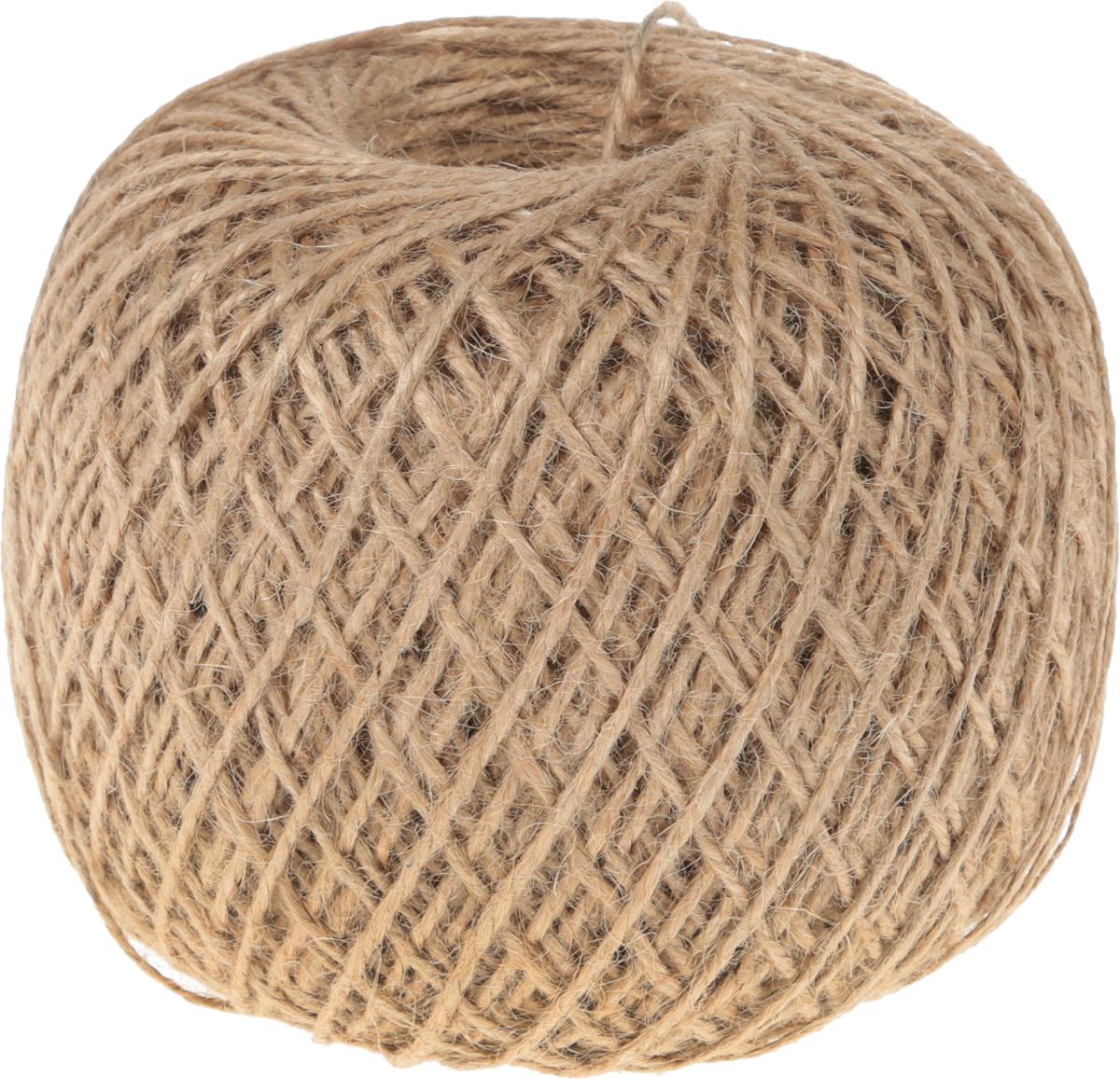 Шпагат джутовый Домашний Сундук, цвет: коричневый, 840 мДС-120Одним из основных материалов для изготовления шпагатов является джут. Джутовым шпагатом легко вязать узлы, он мягкий, прочный, не боится большой температуры и холода. Джутовые шпагаты не разрушаются под воздействием ультрафиолетовых лучей. Преимущества джута - чистота волокна, отсутствие осыпаемости поверхностного слоя, легкость, высокая гигроскопичность. Джут - это экологически чистый материал, который не выделяет токсических веществ, благодаря чему шпагат джутовый в 2 нити (1,12 КТекс) долго сохраняет первоначальный вид. Линейная плотность шпагата - 1,12 кТекс.Используется для бытовых и технологических нужд в различных отраслях производства.