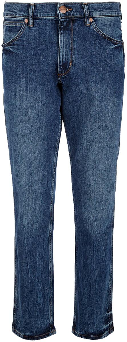 Джинсы мужские Wrangler Greensboro, цвет: синий. W15QXG10U. Размер 31-34 (46/48-34)W15QXG10UСтильные мужские джинсы Wrangler Greensboro высочайшего качества, подходят большинству мужчин. Модель прямого кроя и средней посадки станет отличным дополнением к вашему современному образу. На поясе джинсы застегиваются на металлическую пуговицу и имеют ширинку на застежке-молнии, также имеются шлевки для ремня. Спереди модель оформлена двумя втачными карманами и одним небольшим накладным кармашком, а сзади - двумя накладными карманами.Эти модные и в тоже время комфортные джинсы послужат отличным дополнением к вашему гардеробу. В них вы всегда будете чувствовать себя уютно и комфортно.