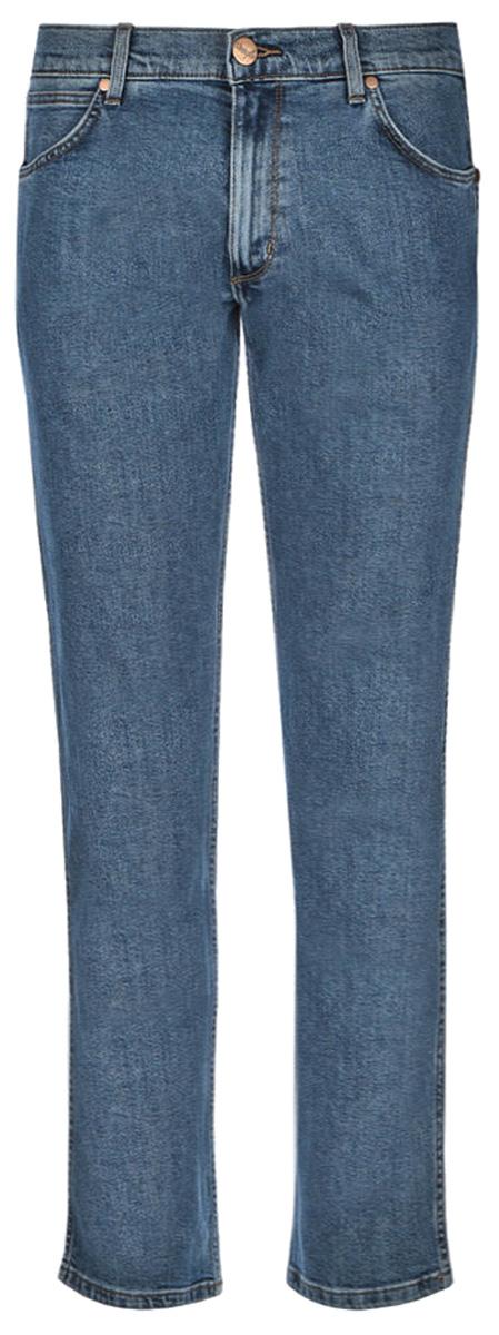 Джинсы мужские Wrangler Greensboro, цвет: синий. W15Q23091. Размер 36-32 (52-32)W15Q23091Стильные мужские джинсы Wrangler Greensboro высочайшего качества, подходят большинству мужчин. Модель прямого кроя и средней посадки станет отличным дополнением к вашему современному образу. На поясе джинсы застегиваются на металлическую пуговицу и имеют ширинку на застежке-молнии, также имеются шлевки для ремня. Спереди модель оформлена двумя втачными карманами и одним небольшим накладным кармашком, а сзади - двумя накладными карманами.Эти модные и в тоже время комфортные джинсы послужат отличным дополнением к вашему гардеробу. В них вы всегда будете чувствовать себя уютно и комфортно.