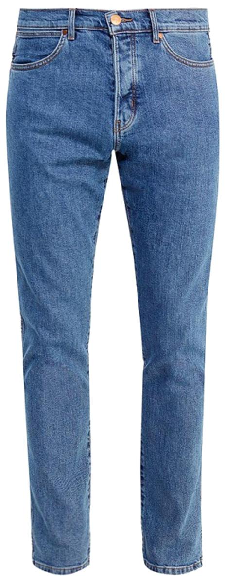 Джинсы мужские Wrangler Spenser, цвет: синий. W16A23091. Размер 29-32 (44/46-32)W16A23091Стильные мужские джинсы Wrangler высочайшего качества, подходят большинству мужчин. Модель прямого кроя и низкой посадки станет отличным дополнением к вашему современному образу. На поясе джинсы застегиваются на металлическую пуговицу и имеют ширинку на застежке-молнии, также имеются шлевки для ремня. Спереди модель оформлена двумя втачными карманами и одним небольшим накладным кармашком, а сзади - двумя накладными карманами.Эти модные и в тоже время комфортные джинсы послужат отличным дополнением к вашему гардеробу. В них вы всегда будете чувствовать себя уютно и комфортно.