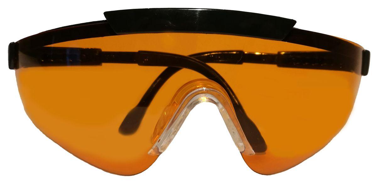 Правильный подбор стрелковых очков – это гарант комфорта и отменного результата при занятиях спортивной стрельбой или охотой. Отсутствие очков может стать серьезной угрозу здоровью и безопасности спортсмена или же охотника. Стрелковые очки Sporty швейцарского производителя являются гарантом защиты глаз в любых погодных условиях. Стрелковые очки Sporty уже давно зачислены к первому классу оптики. Очки можно отрегулировать по длине за счет дужек. Данные очки - это еще и защита от ультрафиолетового ожога до 400нМ. Для их изготовления применяется современный пластик, что говорит о прочности, а линзы покрываются защитой от механических повреждений.  Зачем нужны стрелковые очки?  Причина №1: правила. Не важно, чем вы занимаетесь – страйкболом, практической стрельбой из ружья или пистолета – в правилах будет сказано, что к тренировкам и участию в соревнованиях допускаются только те, у кого есть защитные очки. Для соответствия этим правилам зачастую достаточно купить любые защитные очки.  Причина №2: ультрафиолет. Длительное воздействие ультрафиолетовых лучей может привести к ухудшению зрения, поэтому во время занятий страйкболом или прогулок в солнечный день используются очки. От ультрафиолетовых лучей защищают не только темные очки, но и прозрачные или цветные линзы со специальным покрытием. Такое покрытие имеют практически все современные стрелковые очки.  Причина №3: пороховые газы. В первую очередь это относится к любителям практической стрельбы из полуавтоматов. Завершающий выстрел, вылетающая гильза и – затвор встает на задержку, а лицо окатывает теплой волной. Это пороховые газы, а порой и частички несгоревшего пороха вырываются наружу из открытого патронника. Чтобы защитить глаза от них подойдут любые стрелковые очки с линзами, полностью закрывающими глаза.  Причина №4: гильзы. Стоит встать справа от стрелка с помпой или полуавтоматом, как вас начнет осыпать гильзами, вылетающими из его оружия! Это очень неприятно, но не так опасно, как гильзы из собственных перело